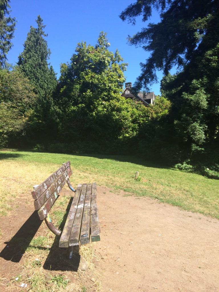 Скамейка рядом с домом, где жил последние годы Курт Кобейн, исписана посвящениями музыканту